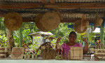 Auf Savai'i, Samoa verkauft eine Frau Handwerksarbeiten