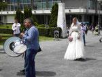 Braut vor dem Tempel des Hl. Sava in Belgrad, Serbien