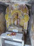 Buddhastatue in einer der fünf Dagobas im Tempel Lankathilaka, Sri Lanka
