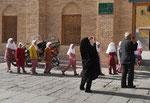 Schülerinnen vor der Freitagsmoschee in Yazd, I.R. Iran