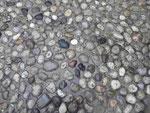 Straßenpflasterung aus Flusskieseln der Neredva in der Altstadt von Mostar, Bosnien Herzogovina
