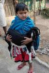 Mädchen mit Zicklein in einem westbengalischen Dorf