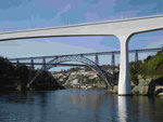 Die Stahlkonstruktionsbrücke von G. Eiffel in Porto, Portugal