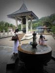 Ein Geschenk der japanischen Buddhisten im Dalada Maligawa in Kandy, Sri Lanka: Glocke, Brunnen und Räucherstäbchenbehälter