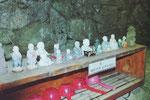 Kleine Buddhafiguren in einer Höhle, Südkorea