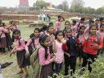 Schülerinnen auf der Ausgrabungsstelle von Sarnath bei Varanasi
