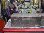 """Schläfriger Koch vor """"Essschlange"""" im Nachtmarkt von Taipeis Altstadt, Taiwan"""