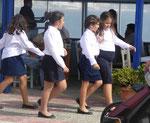 Schülerinnen nach der Parade zum Nationalfeiertag zum großen Nein am 28. Oktober in Ierapetra, Kreta, Griechenland