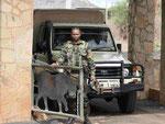 Bewacher am Tor zu einem Nationalpark in Kenia