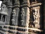 Figuren an einem Hindutempel in Varanasi, Indien
