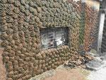 Wand mit geformten Kuhladen in einem Dorf in Westbengalen