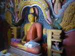 Buddhastatue im buddhistischen Teil der Embekke Devalaya, Sri Lanka