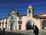 Barocke Kirche und Stadtor im Dourogebiet, Portugal
