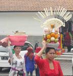 Vorbereitung eines Götteropfers, Bali, Indonesien