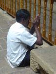 Gläubiger am Zahntempel Dalada Maligawa in Kandy, Sri Lanka