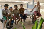 Kinder auf einem Kleinflughafen in Myanmar
