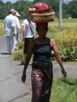 Bäuerin mit Opfergaben auf Bali