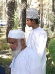 Dattelbauern zweier Generationen auf einer Datteloase im Oman