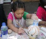 Kind in der Porzellanfabrik, China