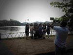 Chinesische Touristen am Milchsee nahe dem Zahntempel in Kandy, Sri Lanka
