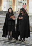 Zwei Studentinnen an der Universität Coimbra, Portugal
