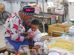 Oma auf dem Markt bei Dali