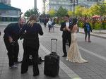 Hochzeitspaar vor dem Rathaus von Montreal, Kanada