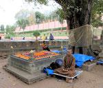 Meditierender Mönch am  Mahabodhi Tempel von Bodhgaya, Indien