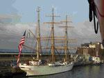 "US Coast Guard Dreimaster ""Eagle"" mit übergroßer Flagge in Funchal, Madeira"