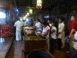 Betende am Zahntempel in Kandy, Sri Lanka
