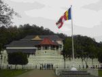 Der Zahntempel Dalada Maligawa mit der buddhistsichen Fahne in Kandy, Sri Lanka