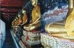 Buddhastauen im Wandelgang des  Wat Suthat, Bangkok, Thailand