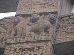 Das Osttor des Stupa von Sanchi, ca. 1. Jh. v. Chr., Detail mit drei Löwen