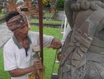 Bilderhauer an Tempelstatue, Bali, Indonesien