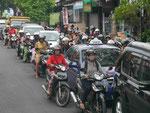 Feierabend-Motorrollerverkehr, Bali, Indonesien