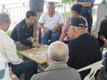 Kartenspieler am Lotossse in Kaoshung, Taiwan