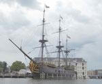 """Nachbau des Segelschiffs """"Amsterdam"""" vor dem Schifffahrtsmuseum Amsterdam"""