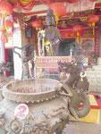 Guanjin vor Räucherkessel im chinesischen Tempel auf Phuket, Thailand