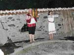 Folkloretänzer auf glühender Holzkohle mit Ikone