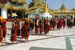Burmesische Mönche an der Swedagon-Pagode in Yangon, Myanmar (Burma)