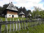 Bauernhäuser im Ethno Dorf Zlakusa, Serbien