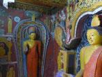 Buddhastatuen im buddhistischen Teil der Embekke Devalaya, Sri Lanka