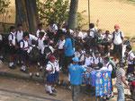 Schüler nach Schulschluss in Kandy, Sri Lanka