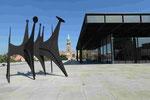 Erneuerte Neue Nationalgalerie Berlin (Blick auf die St. Mathäus-Kirche ein auf ein Stabile von A. Calder)