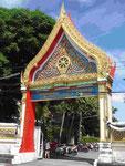 Der Eingang zum Wat Puttamongkon in Phuket-Town, Thailand