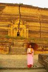 Nonne vor Tempelruine in Myanmar