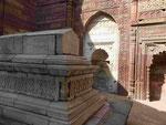 Qutub Minar mit Grabmal in Delhi, Indien