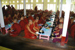 Essensspenden im Mönchskloster, Myanmar (Burma)