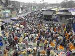 Menschenmassen auf dem Blumenmarkt von Kolkata, Indien
