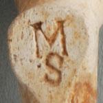 Hiel met een Hartvorming oppervlak en letters MS. De hartvorm en de manier waarop de letters erin zijn gezet doet vermoeden dat deze pijp in Engeland is gemaakt